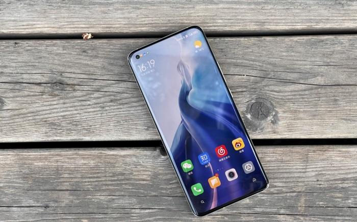 Xiaomi Mi 11 полон проблем. Он перегревается, дребезжит и часто лагает